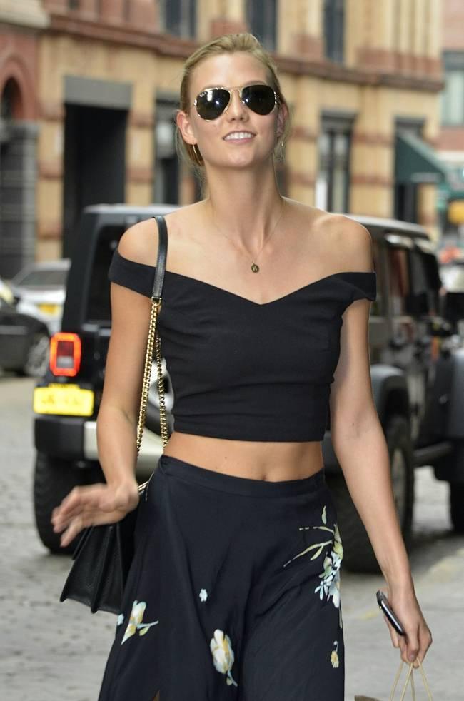 Супермодель Карли Клосс показала подтянутую фигуру в Нью-Йорке