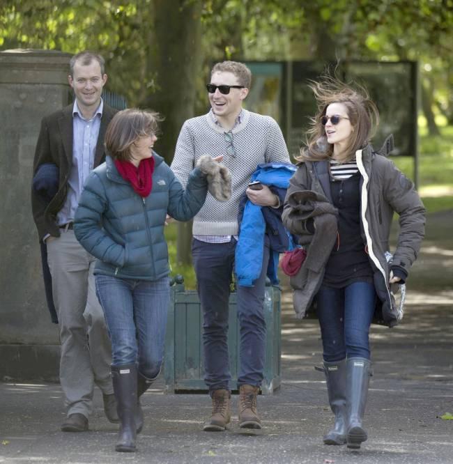 Стильная и счастливая: Эмма Уотсон веселится с друзьями