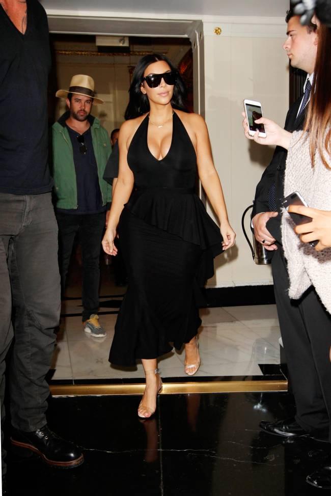 Беременная Ким Кардашьян обескуражила публику откровенным декольте
