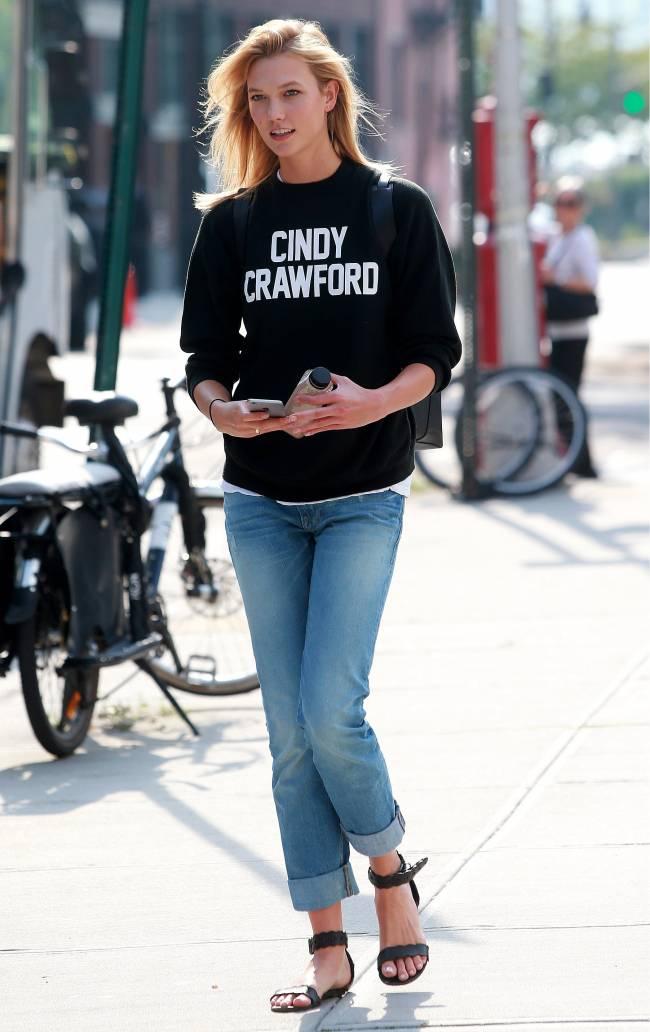 """Преданная поклонница: Карли Клосс разгуливает в свитшоте """"Синди Кроуфорд"""""""