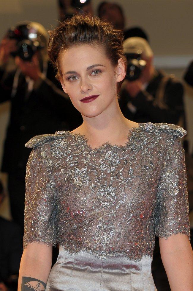 Сама элегантность: Кристен Стюарт покорила публику изысканным нарядом Chanel