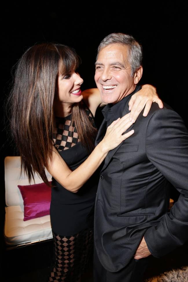 Неожиданно: Сандра Баллок публично заобнимала Джорджа Клуни на фестивале в Торонто