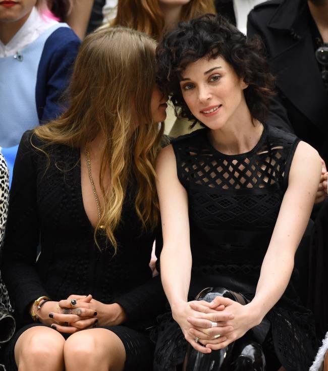 Неожиданно: Кара Делевинь публично демонстрирует нежные чувства к своей девушке