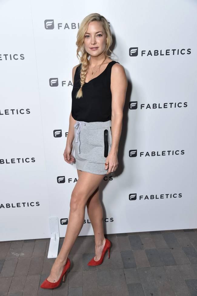 Кейт Хадсон показала стройные ножки в смелом мини