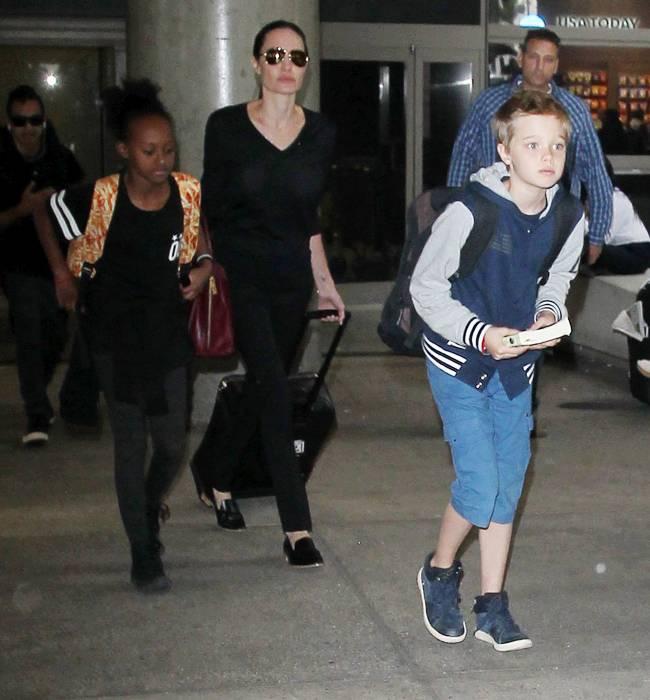Фотофакт: Анджелина Джоли отправилась с детьми в новое путешествие