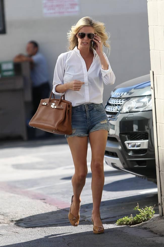 Красотка Ники Хилтон демонстрирует стройные ноги в мини-шортиках