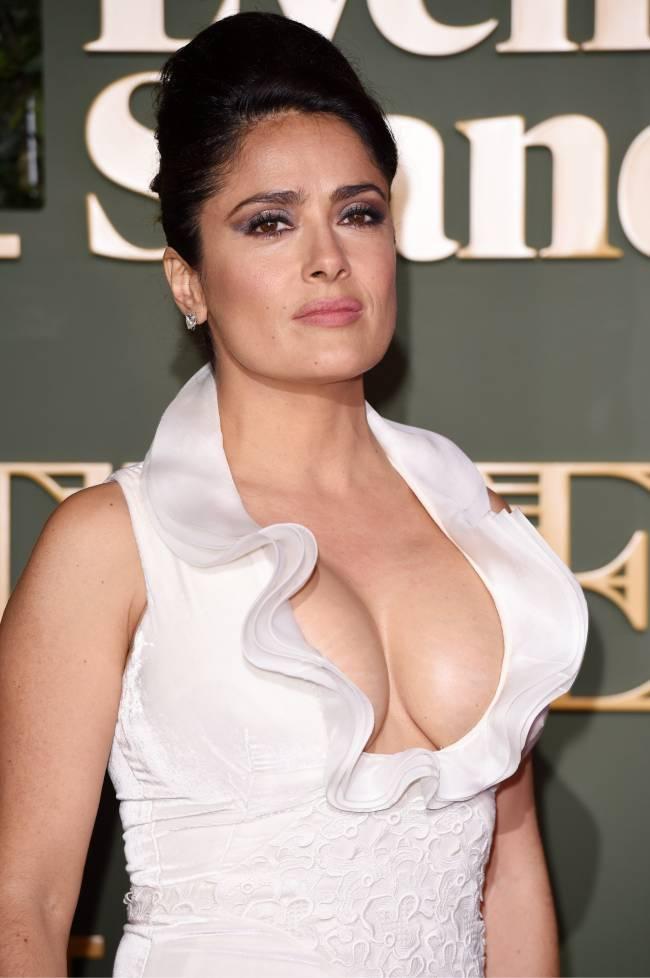 Сальма Хайек обескуражила поклонников оголенной грудью