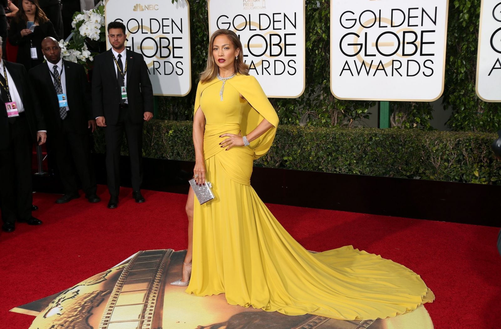 Звезды блистают на красной дорожке премии «Золотой глобус» в стильных нарядах.