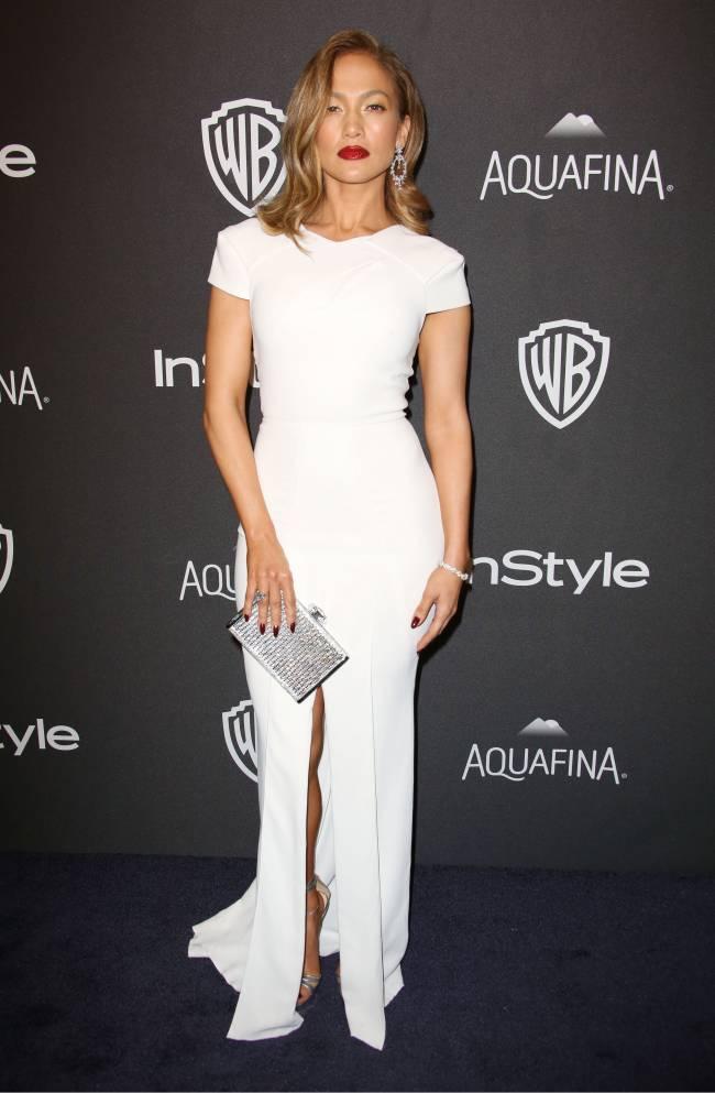 Леди в белом: Дженнифер Лопес покоряет стильным нарядом Roland Mouret