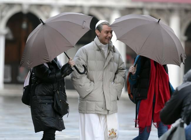 Смиренный красавчик: в сети появились снимки Джула Лоу с образе священника