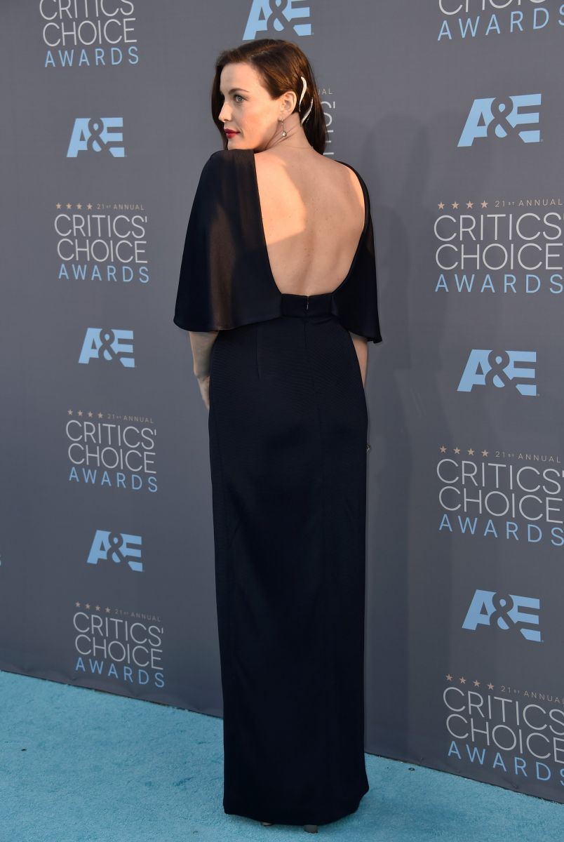 Беременная Лив Тайлер вышла в свет в откровенном черном платье