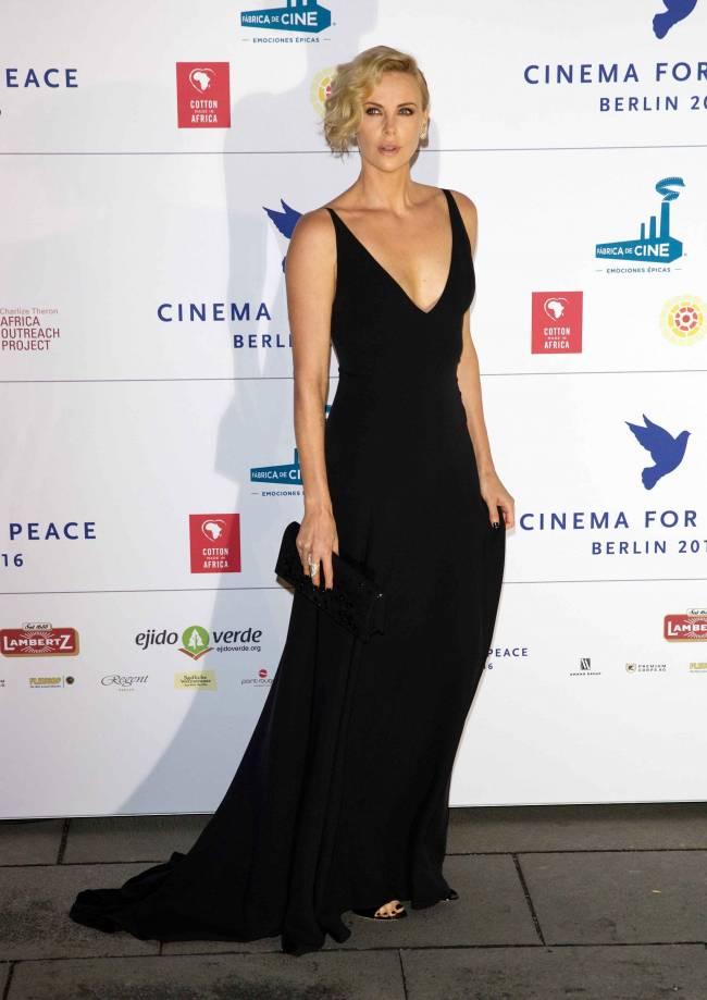 Соблазнительная Шарлиз Терон покоряет публику в роскошном наряде Dior