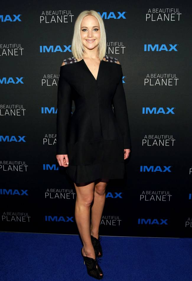 Леи в черном: Дженнифер Лоуренс покоряет великолепным стилем на кинопремьере