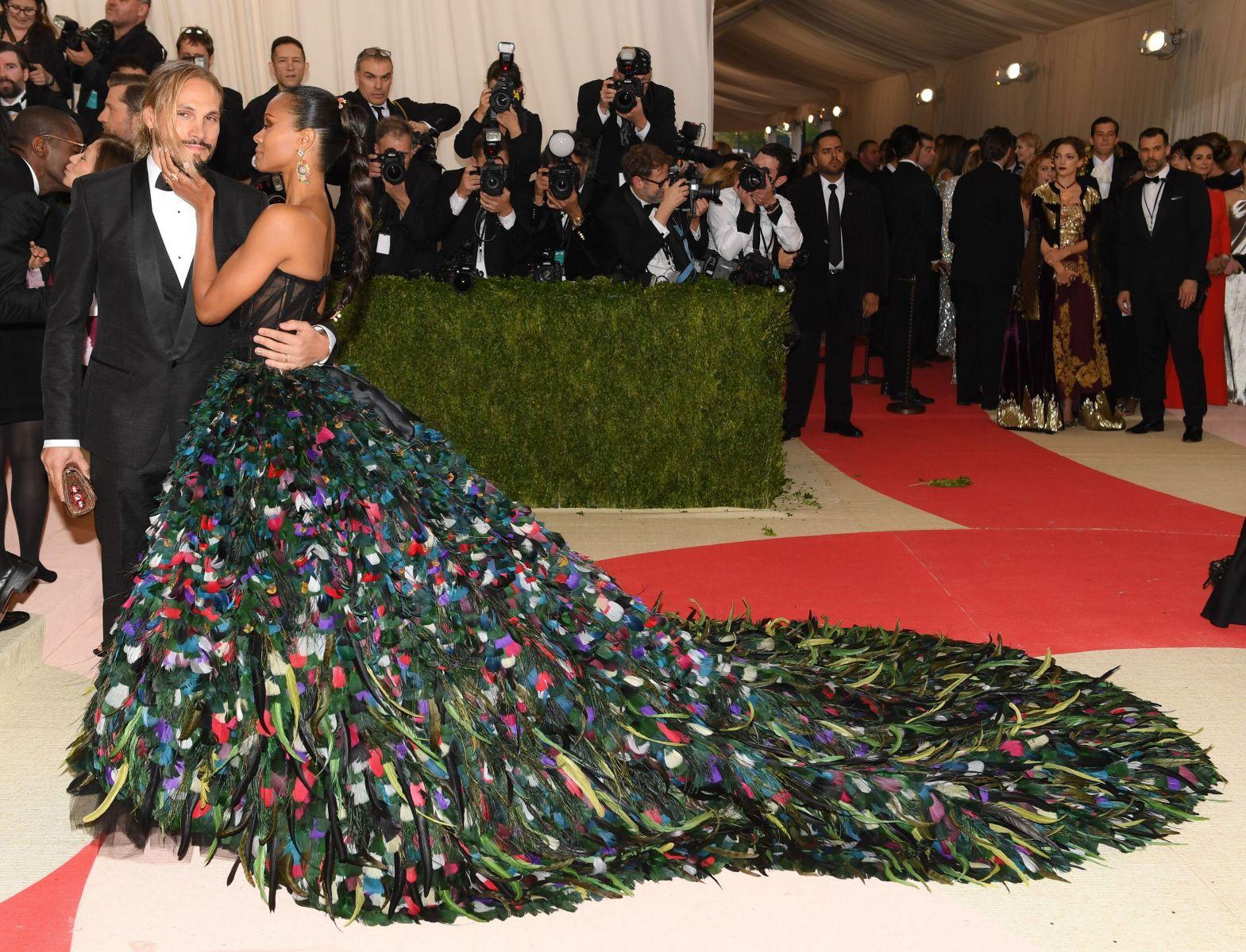 Платье-павлин: Зои Салдана в роскошном наряде от Dolce & Gabbana на Met Gala 2016