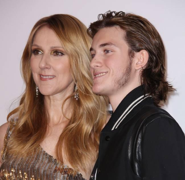 Сын Селин Дион трогательно поддержал мать, когда она расплакалась прямо на сцене