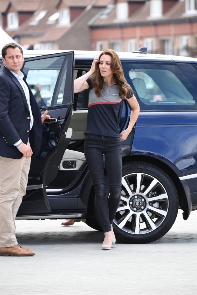 Фотофакт: Кейт Миддлтон появилась на официальном мероприятии в джинсах