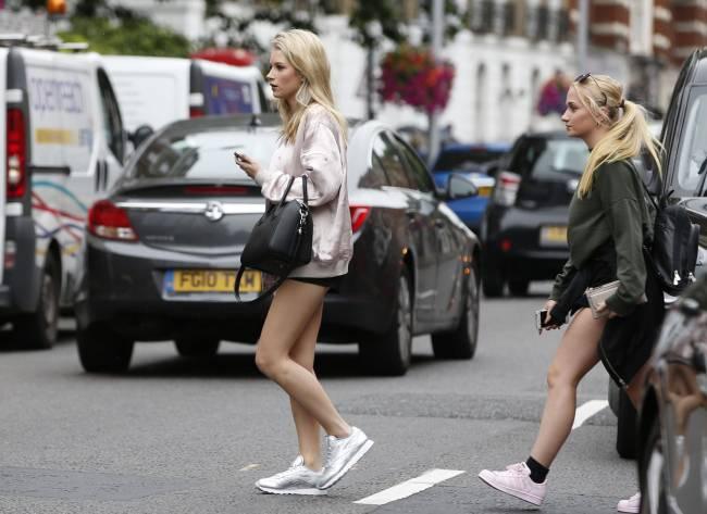 Какие ножки: сестра Кейт Мосс прогулялась по Лондону в мини-шортах