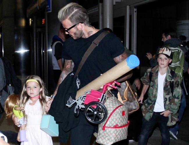 Жизнь на чемоданах: Дэвид Бекхэм с детьми в аэропорту Лос-Анджелеса