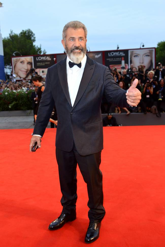 Не узнать: Мел Гибсон на Венецианском фестивале удивил публику густой бородой