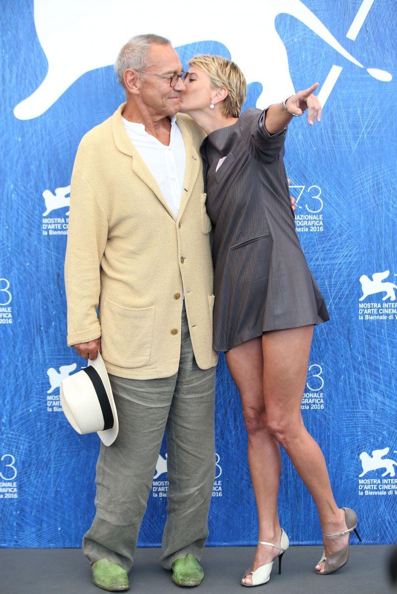 Счастливые Андрей Кончаловский и Юлия Высоцкая блистают на красной дорожке Венецианского кинофестиваля-2016
