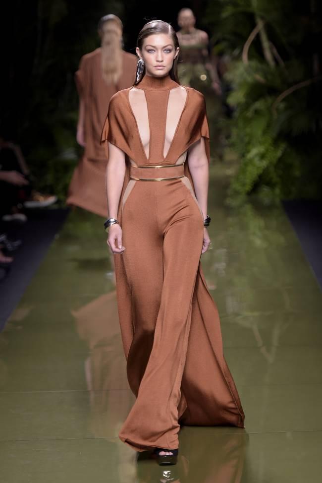 Джиджи Хадид восхищает красотой и элегантностью на показе Balmain