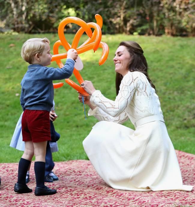 Милее некуда: принц Уильям и Кейт Миддлтон с детьми играют с воздушными шарами