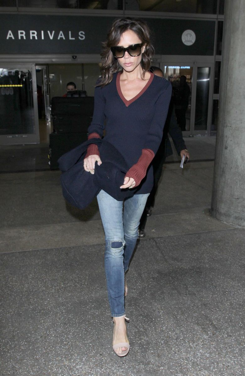 Рваные джинсы и теплый свитер: Виктория Бекхэм восхищает идеальным стилем