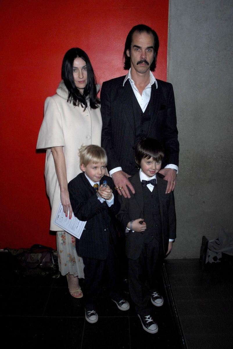 Ник Кейв с женой и сыновьями