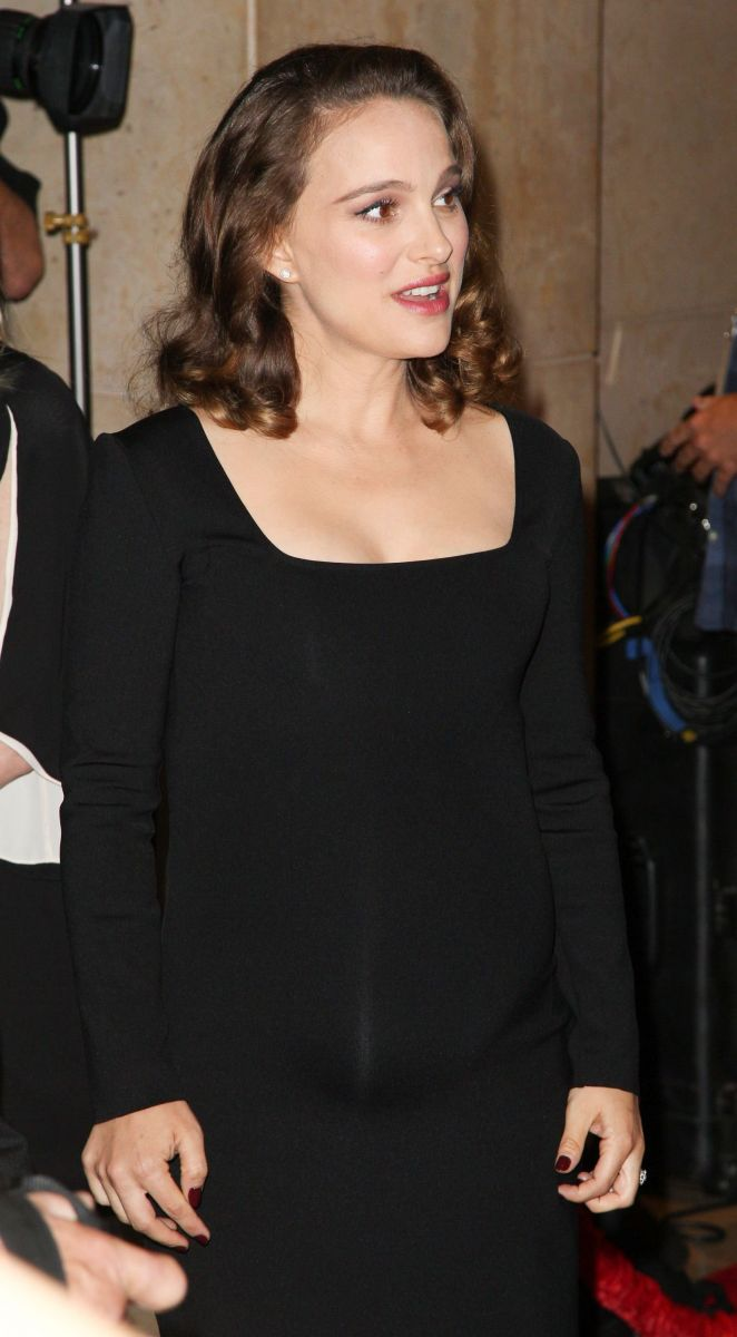 Беременная Натали Портман подчеркнула округлившийся животик облегающим платьем