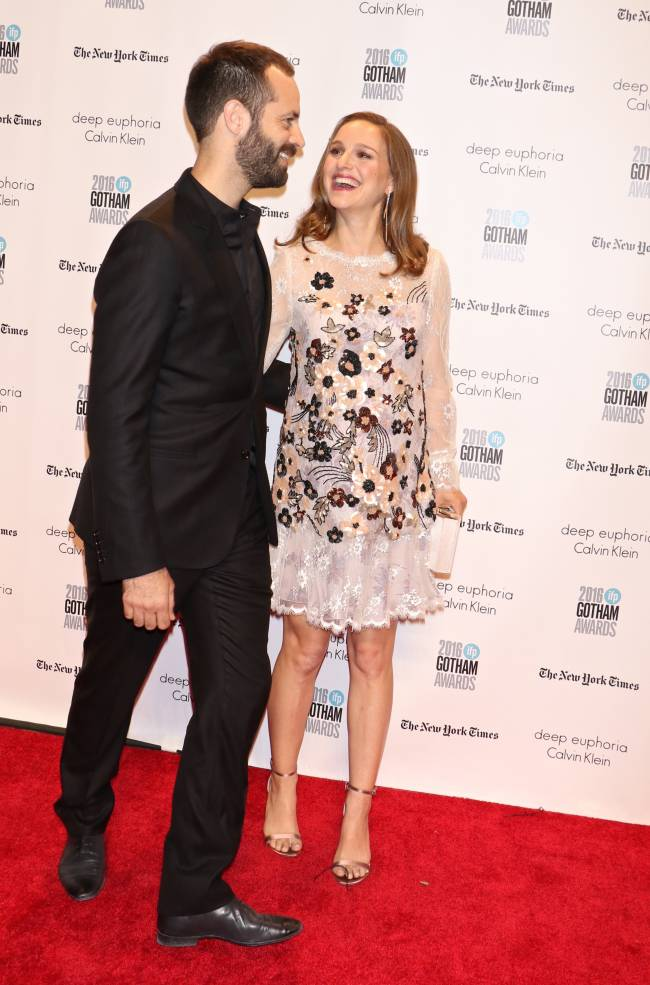 Беременная Натали Портман появилась на красной дорожке с любимым супругом