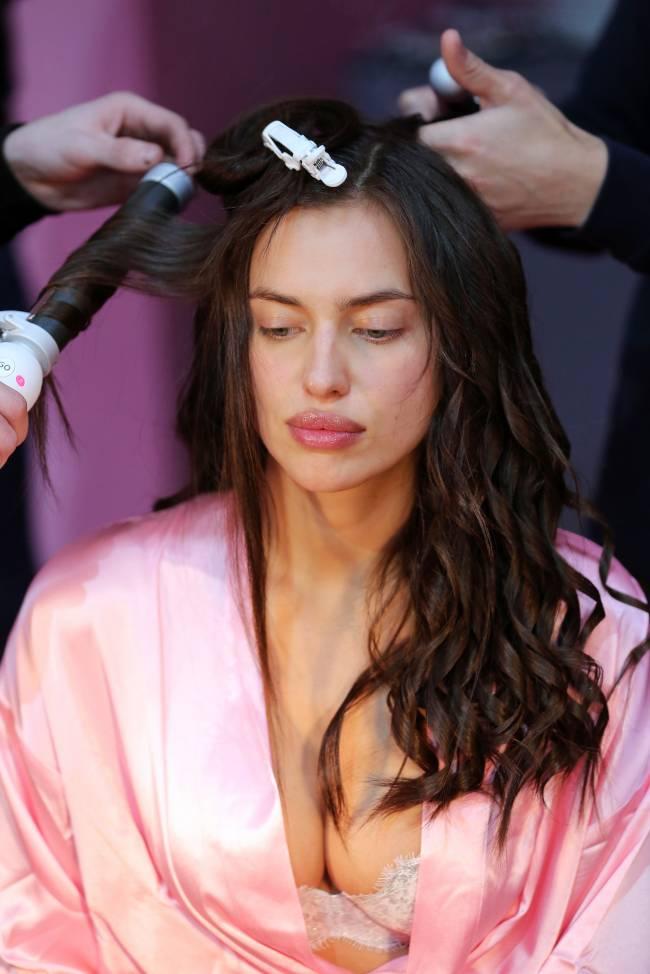 Без макияжа и в халатах: Ирина Шейк, Джиджи Хадид, Кендалл Дженнер и другие топ-модели готовятся к шоу Victoria's Secret