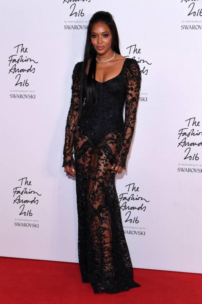 Наоми Кэмпбелл вызвала у публики восторг в прозрачном наряде Alexander McQueen