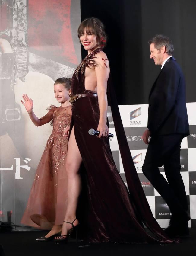 Все на виду: Милла Йовович обескуражила публику смелым разрезом от бедра и глубоким декольте Милла Йовович,Милла Йовович фото