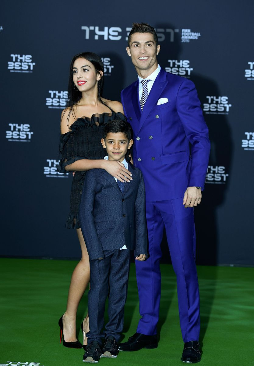 Полным составом: Криштиану Роналду вышел в свет вместе со своей новой возлюбленной и подросшим сыном