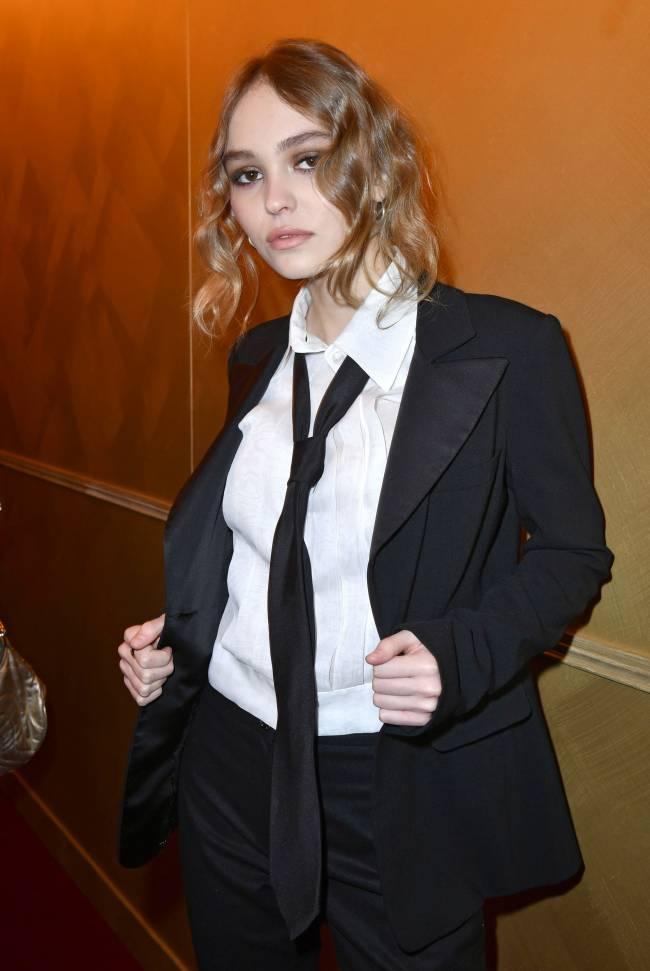 Лили-Роуз Депп появилась на светском мероприятии в мужском костюме и галстуке