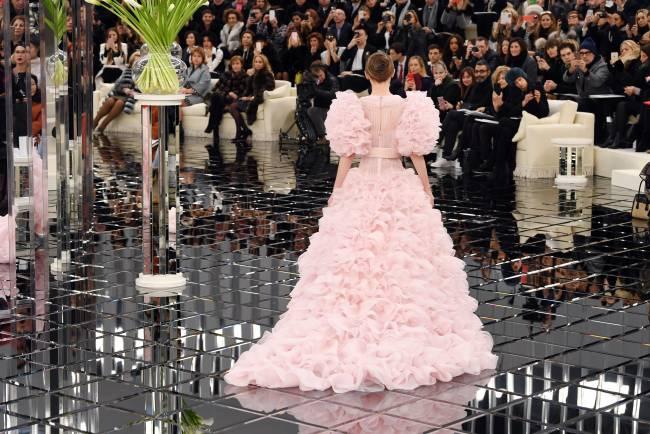 Роскошный выход: Лили-Роуз Депп покорила публику на показе Chanel