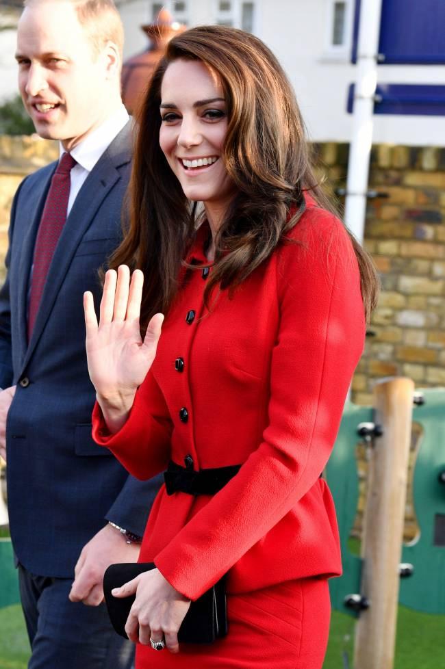 Яркий выход: Кейт Миддлтон в красном костюме покоряет лондонскую публику