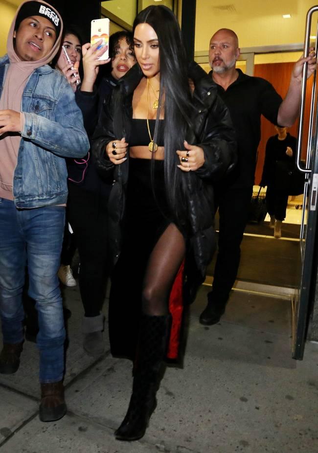 В пуховике и в нижнем белье: Ким Кардашьян в очередной раз удивила публику откровенным образом