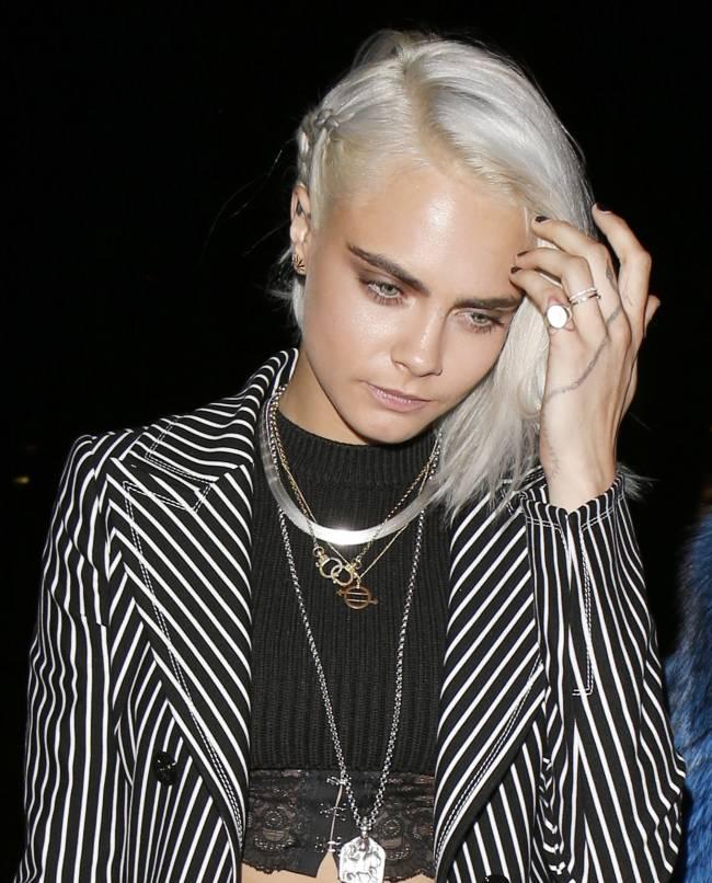 Новый образ: Кара Делевинь обстригла волосы и перекрасилась в платиновую блондинку