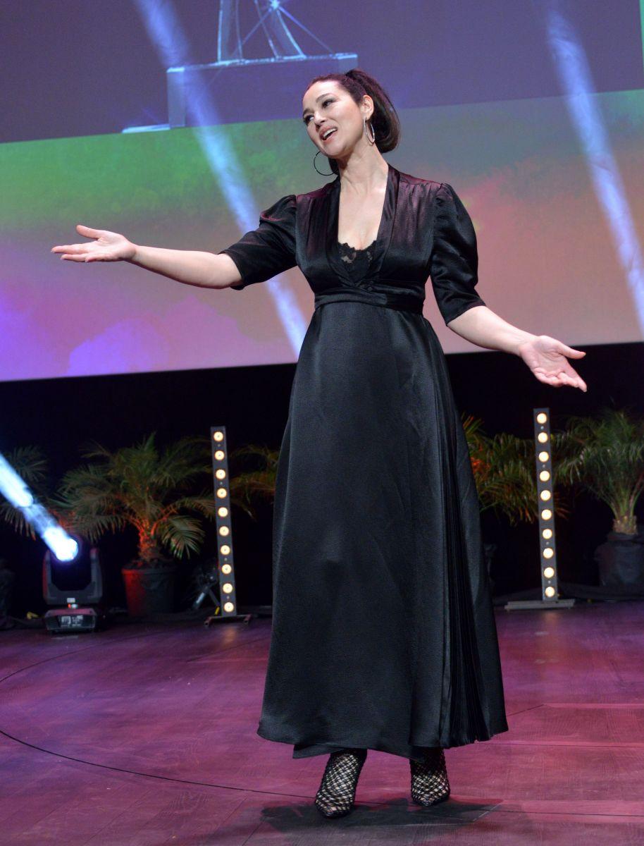 Моника Беллуччи покоряет роскошным платьем с глубоким декольте