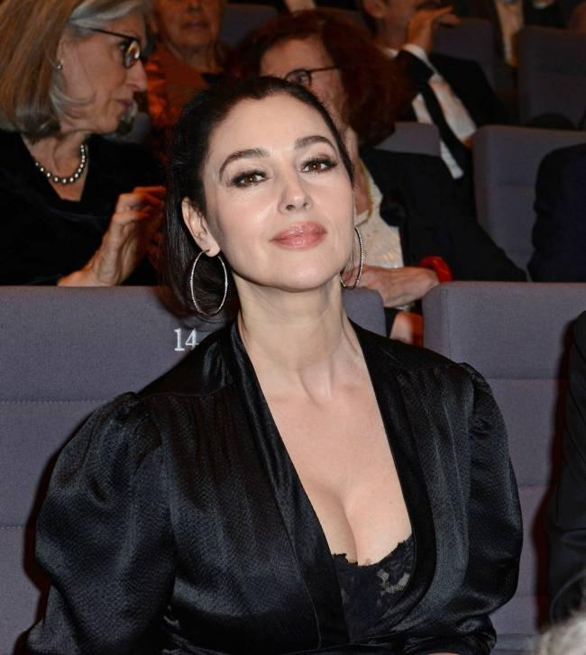 Держись, Монте-Карло: Моника Беллуччи покоряет роскошным платьем с глубоким декольте