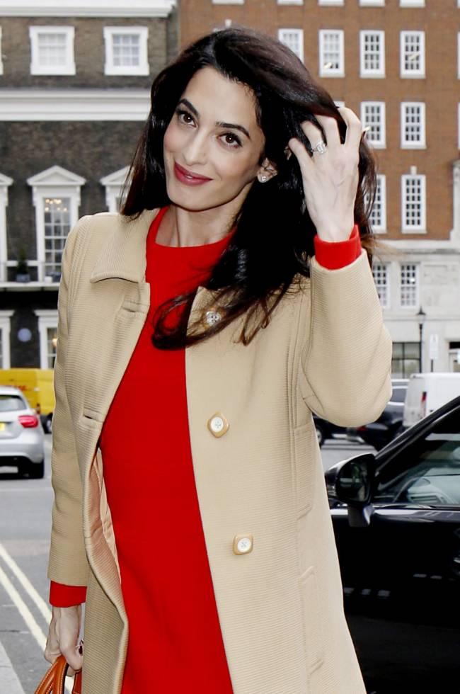Беременная Амаль Клуни появилась на публике в красном платье и под руку с мамой