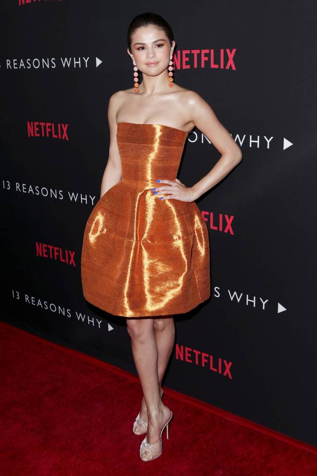 Золотой наряд: Селена Гомес блистает в Oscar De La Renta