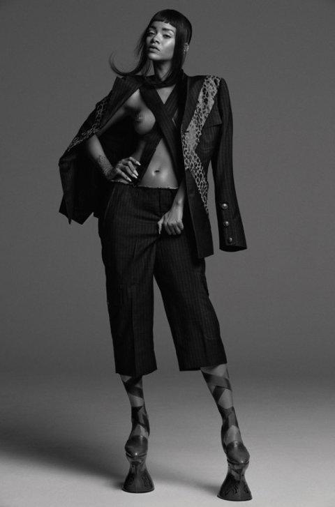 50 оттенков серого от Рианны: певица снялась топлес в черно-белой фотосессии