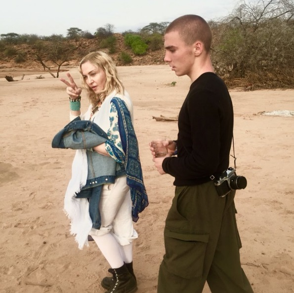 Мадонна удочерит девочек-близняшек из Малави