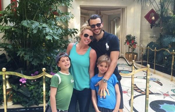 Семейное счастье: Бритни Спирс появилась на публике с возлюбленным и подросшими сыновьями
