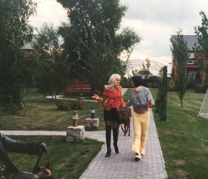 В парике, мини-юбке и ботфортах: Ольга Сумская опубликовала фото в молодости
