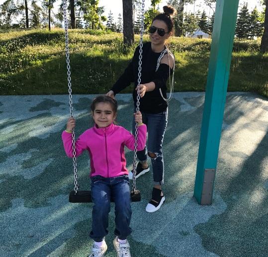 Самые сладкие моменты жизни: Ани Лорак наслаждается прогулкой с дочерью