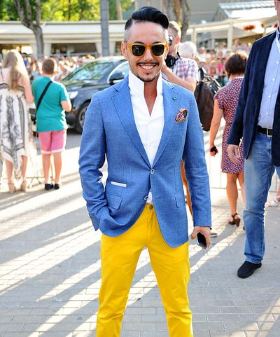Тимур Родригез в желтых брюках и синем пиджаке