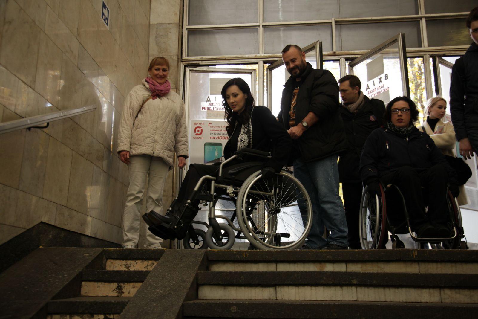 Соломия Витвицкая и Ирэна Карпа сели в инвалидные коляски и проехались по Киеву картинки
